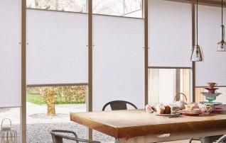 Duette in Weiß am Fensterfalz verspannt