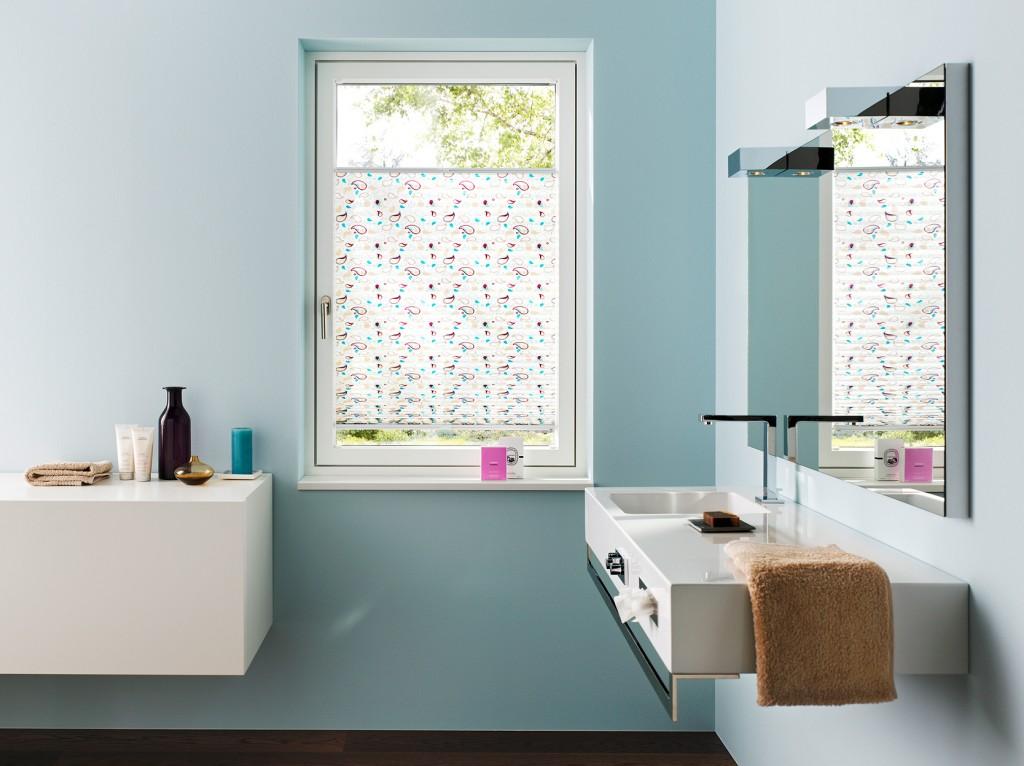 Drehkippfenster mit Plissee als Sichtschutz für Privatsphäre im Badezimmer